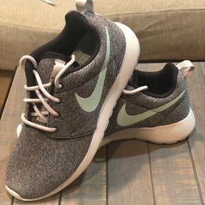 Nike Roshe 7.5 Womens NEW